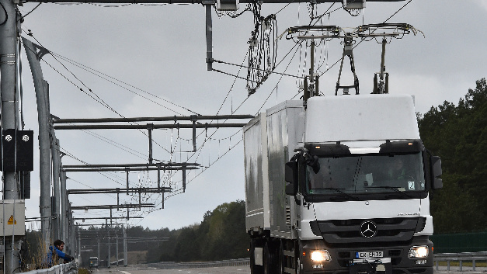 Ein LKW mit Oberleitungsantrieb fährt in Templin (Brandenburg) auf der eHighway-Teststrecke von Siemens.