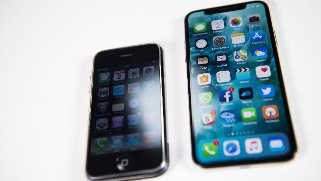 Ein iPhone X neben einem iPhone der ersten Generation.