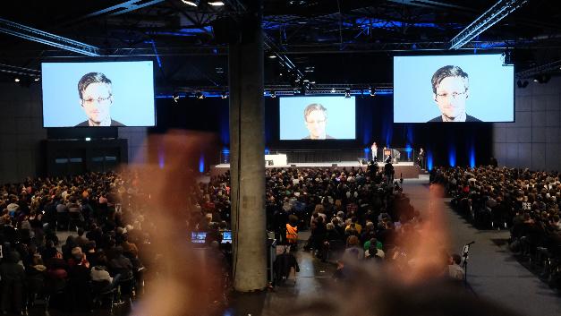Der Whistleblower Edward Snowden spricht während des 34. Chaos Communication Congress (34c3) in Leipzig auf einer Videowand aus seinem russischen Exil.