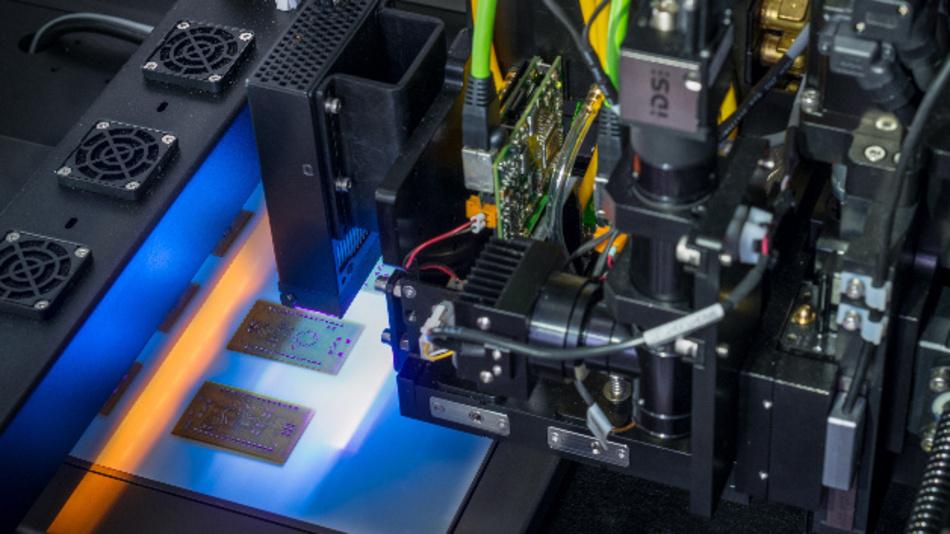 Ein 3D-Drucker vom Typ DragonFly 2020 Pro von Nano Dimension produziert Multilayer-Leiterplatten.
