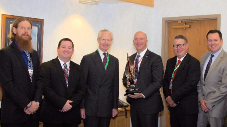Der Chairman von Harwin, Damon De Laszlo (dritter von links) überreicht Dave Doherty, President und COO von Digi-Key (vierter von links) die Auszeichnung als Global Distributor of the Year