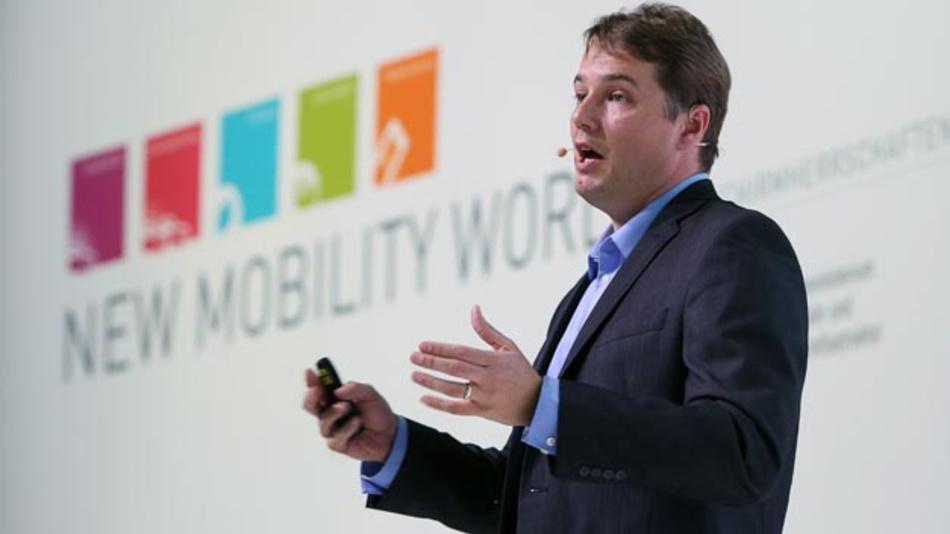 Chris Urmson, CEO von Aurora und ehemals Manager bei Google: »Unsere Priorität bei Aurora liegt darauf, selbstfahrende Fahrzeuge Realität werden zu lassen – sicher, schnell und breit zugänglich. Und wir wissen, dass wir dies schneller erreichen, indem wir mit innovativen Automobilunternehmen wie dem Volkswagen Konzern Partnerschaften eingehen.«