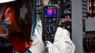 Das FLIR DM166 TRMS-Multimeter kombiniert Wärmebildtechnik mit präzisen elektrischen Messfunktionen.