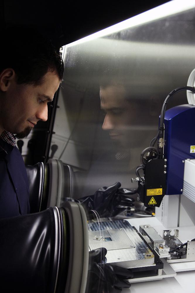 Die Physiker an der TU Kaiserslautern bauen die Mikroiris an einer speziellen Werkbank unter Luftausschluss zusammen. Im Bild zu sehen ist Doktorand Alexander Hein.