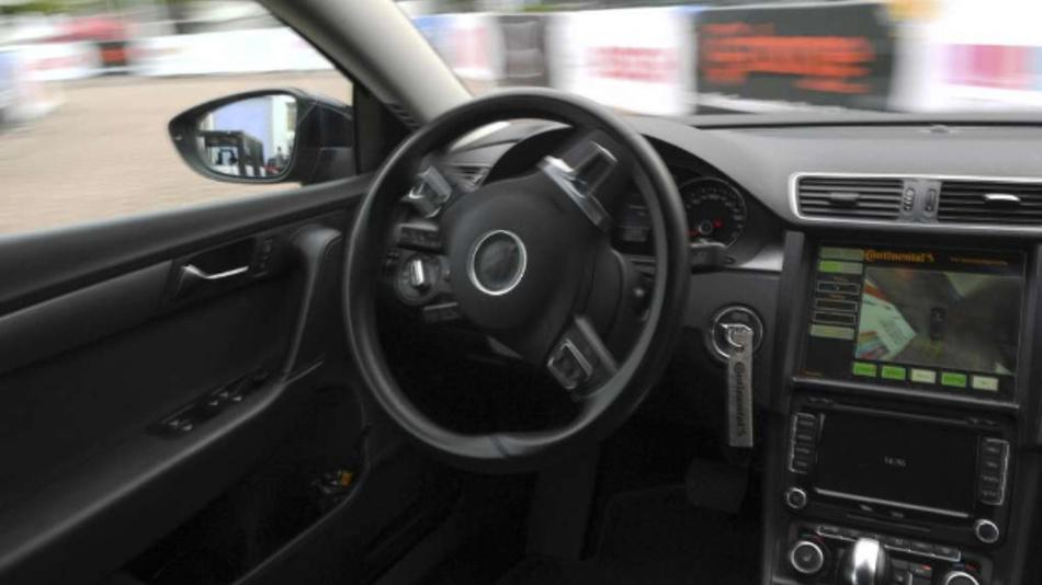 Autonomes Fahren wie hier am Frankfurter Flughafen ist keine Zukunftsvision mehr. Die Robo Taxis von GM werden allerdings kein Lenkrad und kein Gaspedal mehr haben.