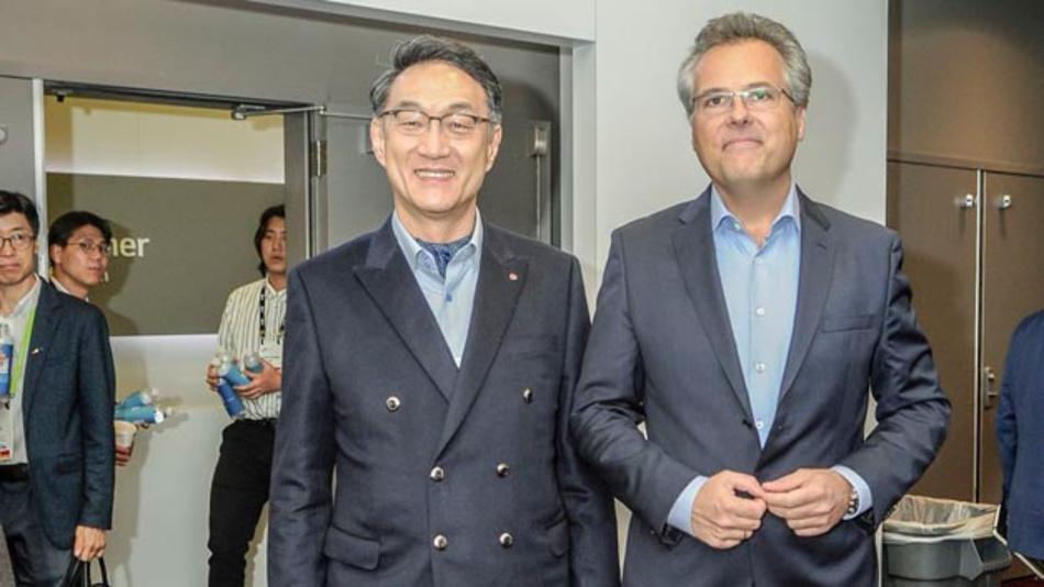 Lee Woo-jong, President der LG Electronics Vehicle Components Company, und Kurt Sievers, Executive Vice President und Leiter des Geschäftsbereichs Automotive bei NXP, auf der CES 2018.