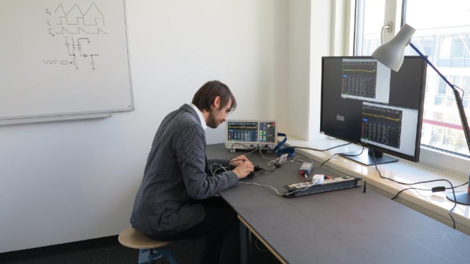 DESIGN&ELEKTRONIK-Ressortredakteur Dr. Constantin Tomaras will es genau wissen: Mit diversen Spezialtastköpfen am RTM3004 analysiert er die Leistungsintegrität seines Raspberry Pi Modell 3B, von der AC-Netzspannung am Eingang bis hin zum 1,8-V-DC/DC-Wandlerausgang auf der Platine.