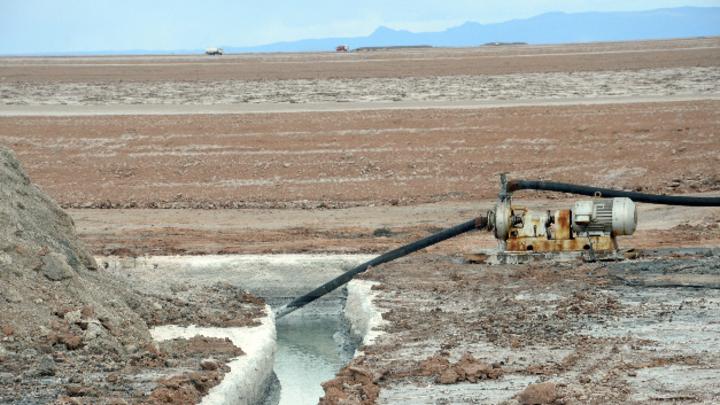 Ein Kanal zum Absaugen der wertvollen Rohstofflösungen, die unter der Salzkruste des Salars de Uyuni in Bolivien lagern. In diesem See lagern die größten Lithiumreserven der Welt.