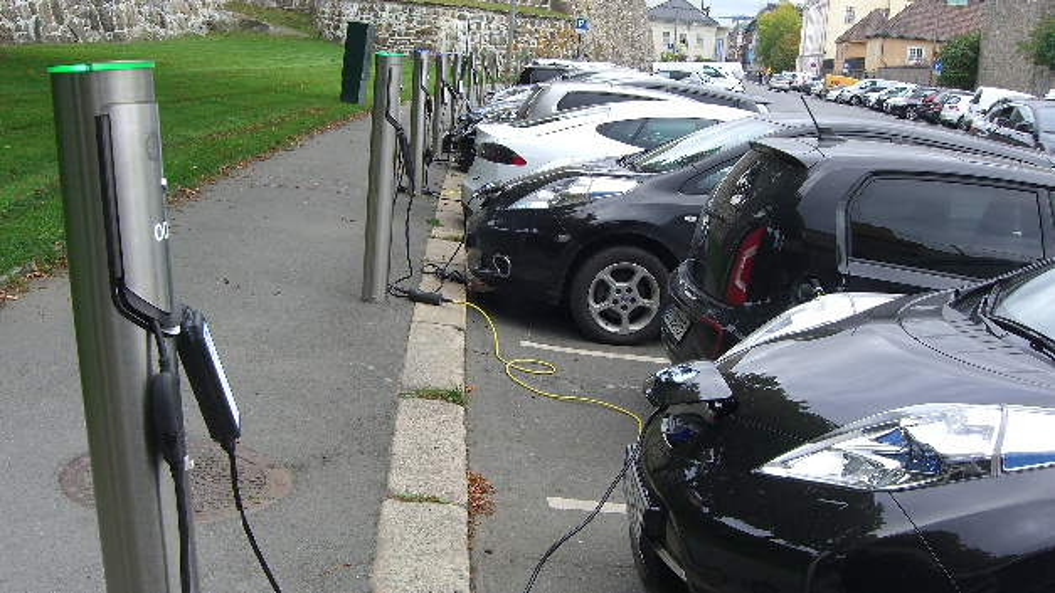 Wenn viele Elektroautos laden - hier Ladestationen in Oslo - könnte es in der Bundesrepublick knapp werden, jedenfalls sobald der Anteil der E-Autos 30 Prozent überschreitet. Das hat Oliver Wyman ermittelt - und zeigt einen Weg zur Lösung des Problems auf, ohne gleich 11 Mrd. Euro in den Netuzsausbau stecken zu müssen.
