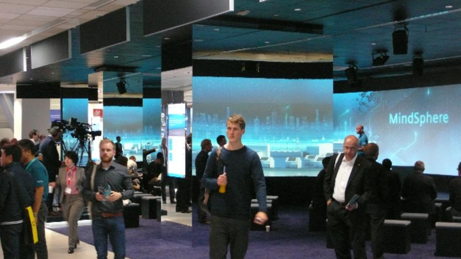 In der auf 1400 qm vergrößerten MindSphere-Lounge auf der SPS IPC Drives 2017 zeigten Siemens und rund 20 Partner-Unternehmen die Einsatz- und Anbindungsmöglichkeiten des Systems.
