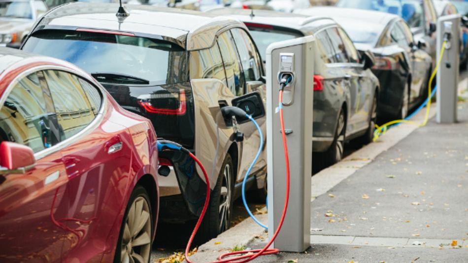 Wenn viele E-Fahrzeuge gleichzeitig geladen werden, ist die Stabilität des Stromnetzes gefährdet.