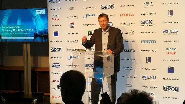 Klaus Helmrich, Vorstandsmitglied von Siemens: »Um die Digitalisierung zum Erfolg zu machen, braucht es eine neue Form der Zusammenarbeit.«
