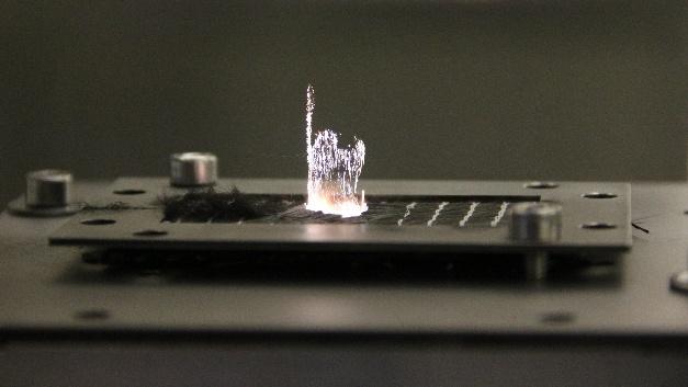 Bearbeitung eines Kohlefaserbauteils mit einem 200-W-Ultrakurzlaser von Amphos.