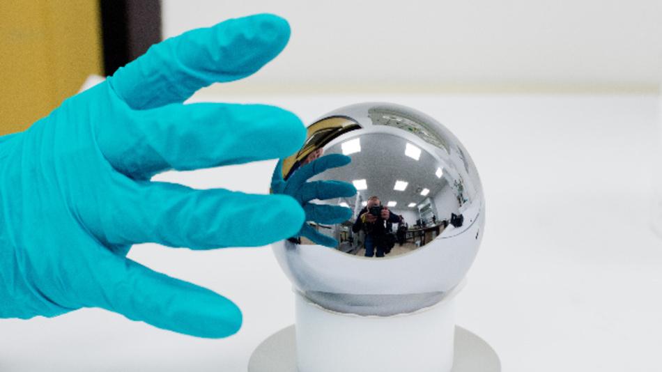 Eine exakt 1 kg schwere, hochreine Siliziumkugel hat für 1 Mio. Euro den Besitzer gewechselt.