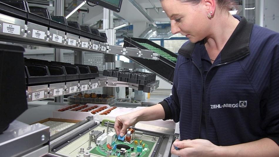 Gabriela Szworc setzt Elemente, die maschinell nicht montiert werden können, von Hand auf die Leiterplatten, die später in Elektromotoren von Ziehl-Abegg  verbaut werden.