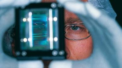 Deutsche Laserhersteller produzieren rund ein Sechstel der Industrielaser weltweit. (Im Bild: Optisches Bauelement für Diodenlaser)