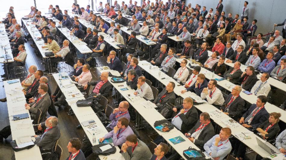 Internationale Forscher und Industrievertreter beantworten den zahlreichen Teilnehmern der PCIM-Konferenz alle Fragen rund um Leistungselektronik.