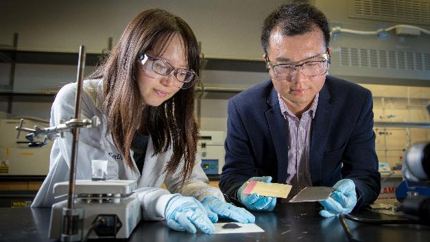 Erstautorin Yang Shi und Professor Zheng Chen von der UC San Diego entwickelten eine Methode zum Recycling und zur Regeneration von Kathoden verbrauchter Lithium-Ionen-Batterien.