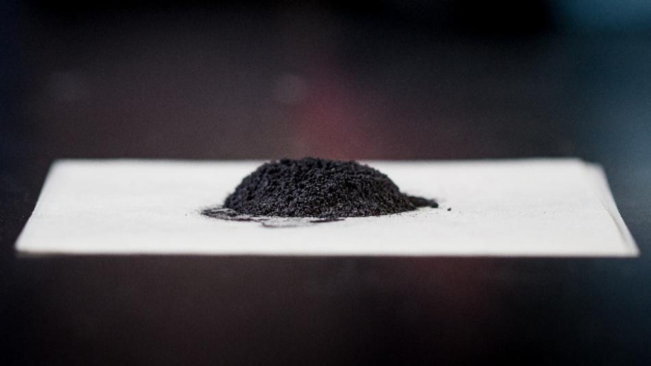 Kathodenteilchen aus verbrauchten Lithium-Ionen-Akkus, die recycelt und regeneriert werden. Daraus hergestellte Akkus funktionieren so gut wie neue.