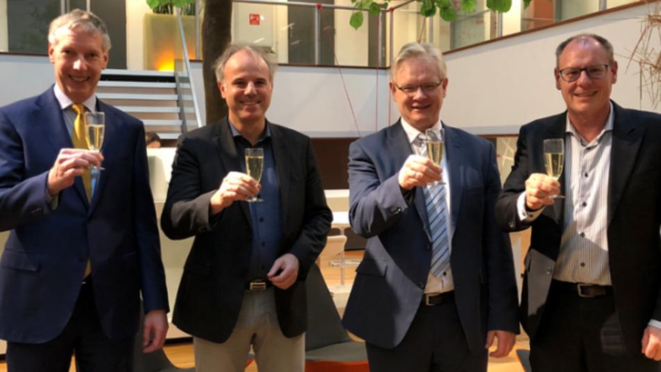 Nach der Vertragsunterzeichnung: Ralph van den Broek (Batenburg), Christof Zollitsch (Stemmer Imaging), Gert-Jan de Waard (Batenburg Mechatronica B.V.) und Dietmar Serbée (Stemmer Imaging B.V.) (vlnr).