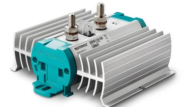 Der hohe Wirkungsgrad der Charge Mate Pro 90 erlaubt es, zwei zwei Batteriebänken über eine Ladequelle aufzuladen.