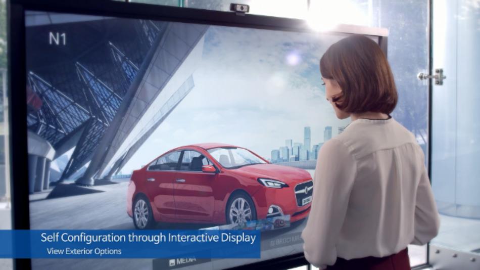 Interaktive Bildschirme im Autohaus ermöglichen den Kunden, das Wunschfahrzeug individuell zu konfigurieren.