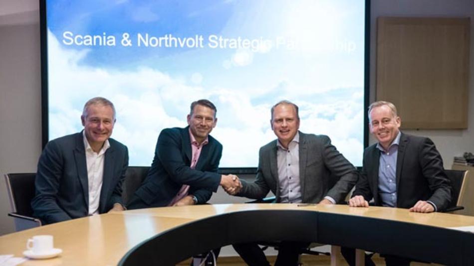 Peter Carlsson (z.v.l), Mitbegründer und CEO von Northvolt und Henrik Henriksson (z.v.r.), Präsident und CEO von Scania wollen künftig gemeinsam Batteriezellen für schwere Nutzfahrzeuge und Busse entwickeln.