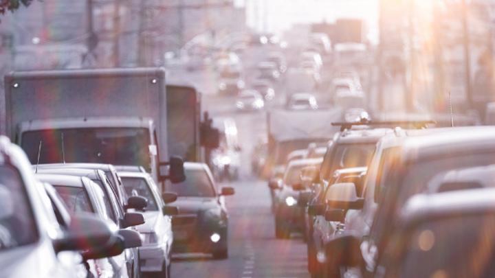 Zähfließender Verkehr im Stadtgebiet