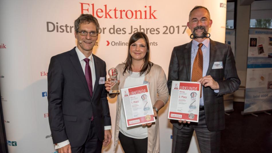 Stefan Börsig (rechts) und Chiara Stammer zusammen mit Chefredakteur Gerhard Stelzer bei der letztjährigen Preisverleihung zum Distributor des Jahres