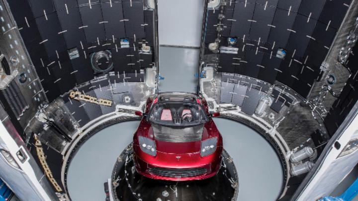 Tesla E-Auto in der Rakete »Falcon Heavy«