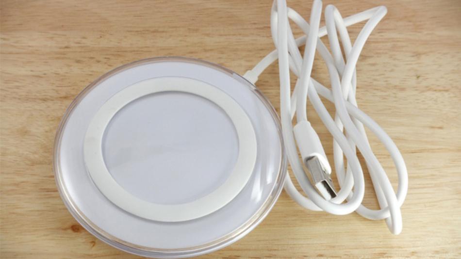 Auch Wireless-Power-Ladeschalen brauchen einen Stromanschluss - häufig wie hier per Kabel an ein Steckernetzteil.
