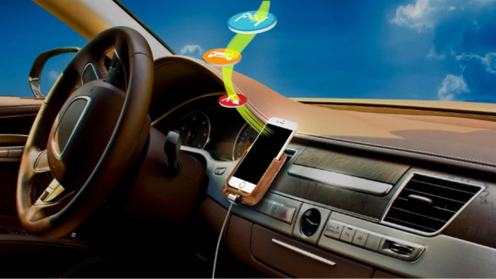 Audioausgabe aus einem Smartphone im Fahrzeuginnenraum