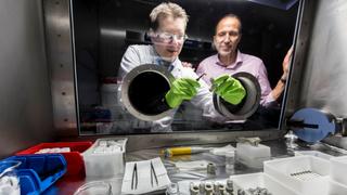 Doktorand Christian Weisenberger und Prof. Dr. Volker Knoblauch an der Glovebox