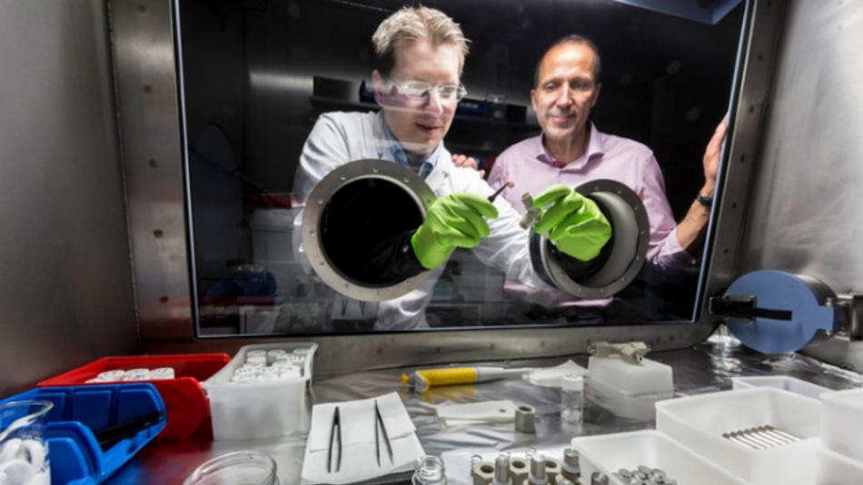 Doktorand Christian Weisenberger (links) und Prof. Dr. Volker Knoblauch (rechts) erforschen neue Materialsysteme und Produktionstechniken für Batterien – hier an der Glovebox.