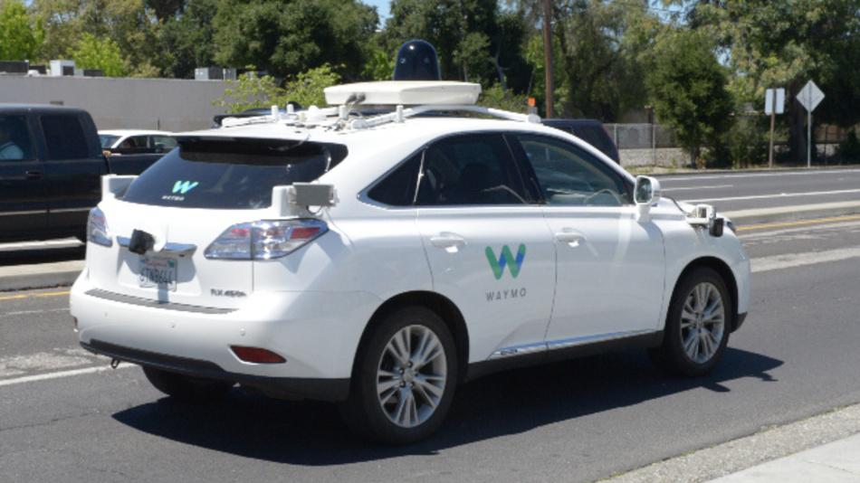 Ein von der Google-Schwesterfirma Waymo zum selbstfahrenden Auto umgebauter SUV der Marke Lexus.