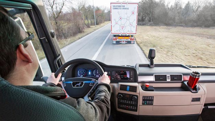 MAN. DB Schenker und Hochschule Fresenius testen Lkw-Platooning auf der A9. Beim Platooning reagiert der hintere Lastwagen direkt und ohne aktives Eingreifen des Fahrers. Der Fahrer behält jedoch immer die Hände am Steuer.