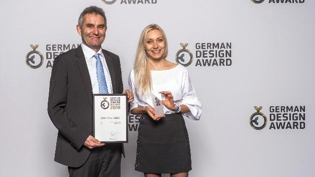 Der ODU Produktmanager für modulare Rechtecksteckverbinder Bernhard Säckl und Julia Fernandez, Spezialistin für Produktmarketing Rechtecksteckverbinder, hatten allen Grund zur Freude