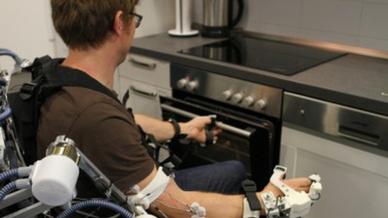 Das robotische Teilsystem ermöglicht Anwendungen des Assistive Daily Living wie das Greifen und Heben von Objekten.