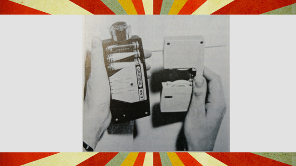 Mit einem Griff läßt sich die geschlossene Wechselkassette an das Taschendiktiergerät ansetzen.