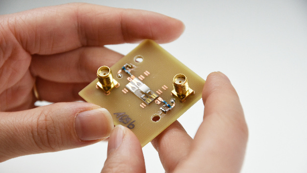 Die Oberflächenwellensensoren, die Forschende im Kieler SFB 1261 entwickelt haben, sollen langfristig biomagnetische Felder detektieren können.