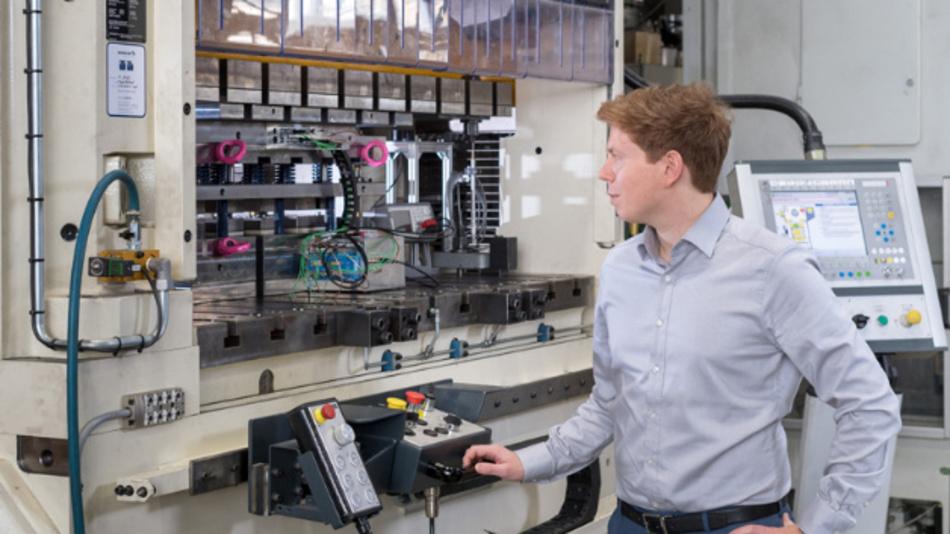 Am Stanzautomaten schneidet Hannes Weiss die Elektrobleche mit komplexen Werkzeugen.