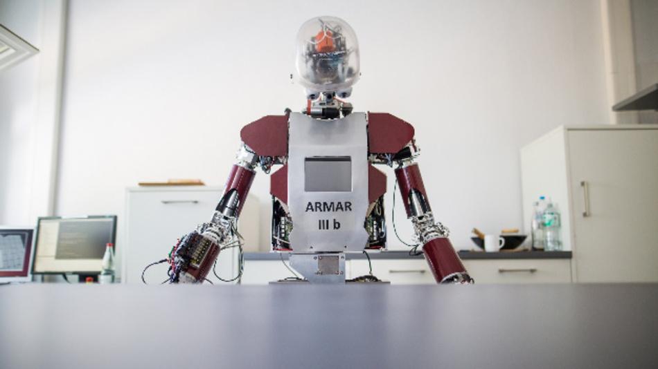 Ein Roboter mit der Bezeichnung 'ARMAR IIIb' steht in einem Raum des Karlsruher Instituts für Technologie (KIT).