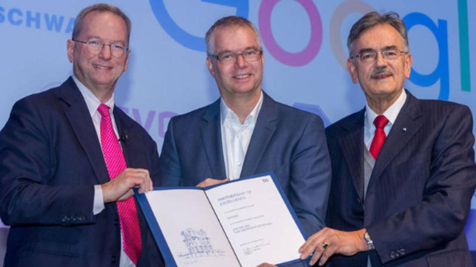 Partnerschaft besiegelt: Eric Schmidt, der Münchner Google-Leiter Wieland Holfelder und TUM-Präsident Wolfgang A. Herrmann (v.l.).