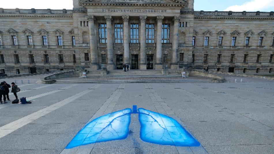 Umweltaktivisten haben Lungenflügel vor das Bundesverwaltungsgericht gezeichnet.