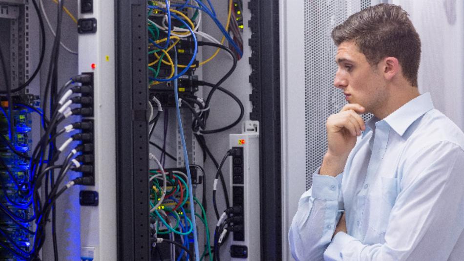 Ein Techniker im Server-Raum eines Rechenzentrums