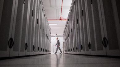 Im Server-Raum eines großen Rechenzentrums