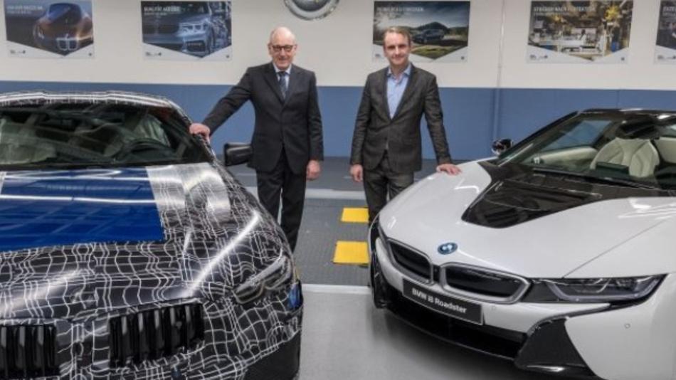 Dr. Andreas Wendt, Leiter BMW Group Werk Dingolfing (im Bild links) und Dr. Peter Fallböhmer, Leiter BMW Group Werk Landshut vor einem getarnten Vorserienmodell des BMW 8er Coupé und dem BMW i8 Roadster, der mit niederbayerischem Elektro-Know-how in Leipzig gebaut wird.