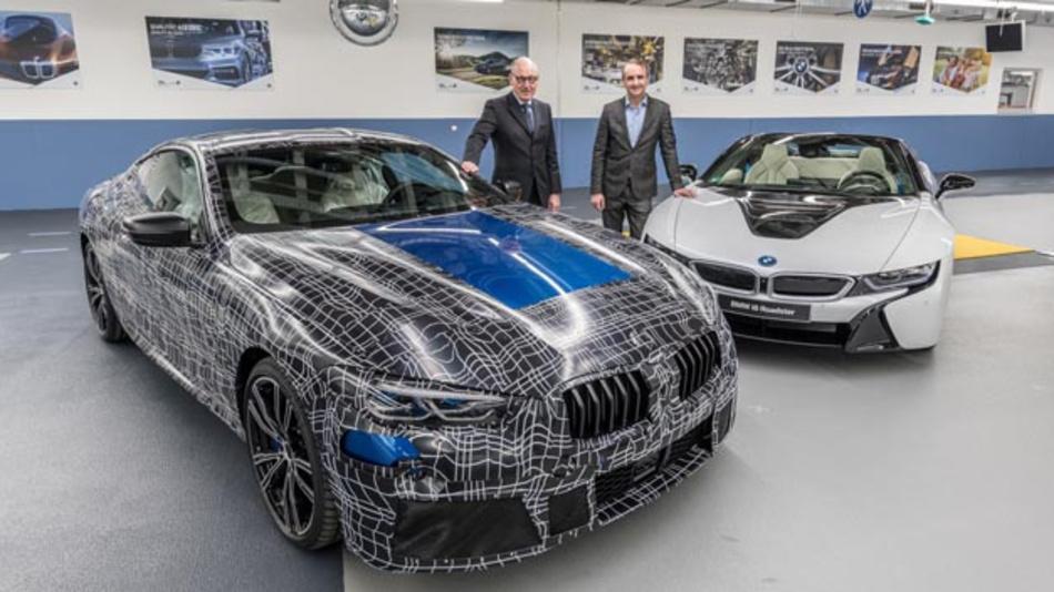 Dr. Andreas Wendt (links), Leiter des Dingolfinger BWM-Werks und Dr. Peter Fallböhmer, Leiter des Werks in Landshut, wollen mit Mobilität made in Niederbayern auch künftig Menschen in aller Welt begeistern. Dafür wurden insbesondere die Weichen in Richtung Elektromobilität gestellt.