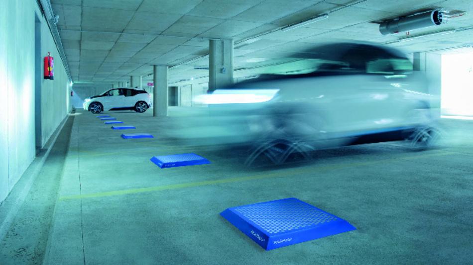 Das Elektrofahrzeug parkt oberhalb der am Boden montierten Pads. Der Ladevorgang startet bei»Matrix Charging« automatisch – bei einer Effizienz von über 99 Prozent.