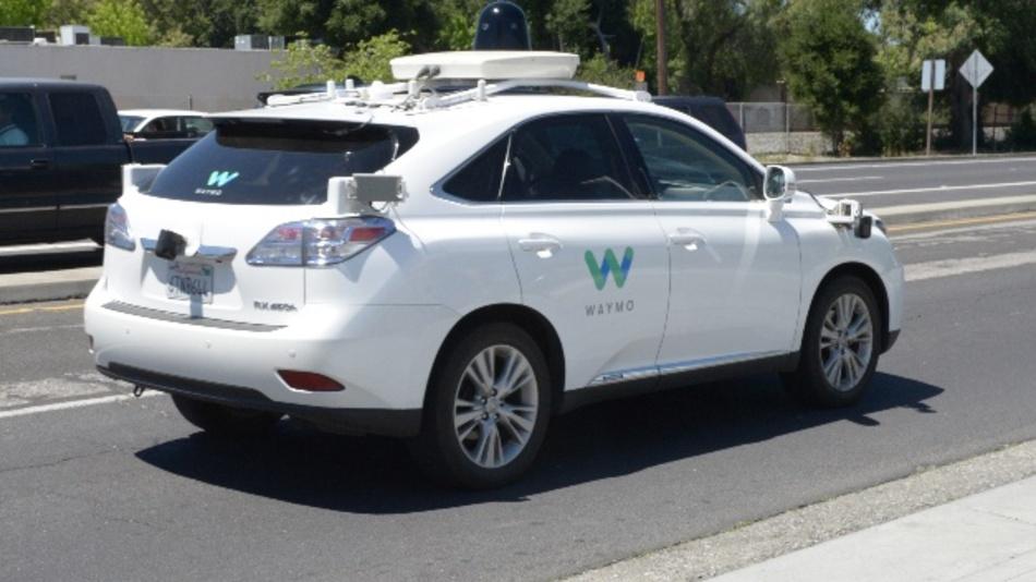 :Ein von der Google-Schwesterfirma Waymo zum selbstfahrendenAutoumgebauter SUV der Marke Lexus ist im kalifornischen Mountain View unterwegs. Die Google- Schwesterfirma Waymo arbeitet an einer Technologie für komplett autonome Robotertaxis. In Kalifornien dürfen ab April selbstfahrende Autos auf die Straße.